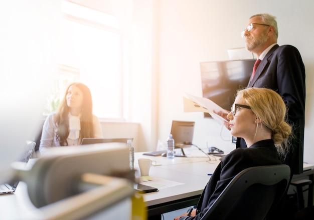 Grupo de empresários a assistir apresentação no escritório