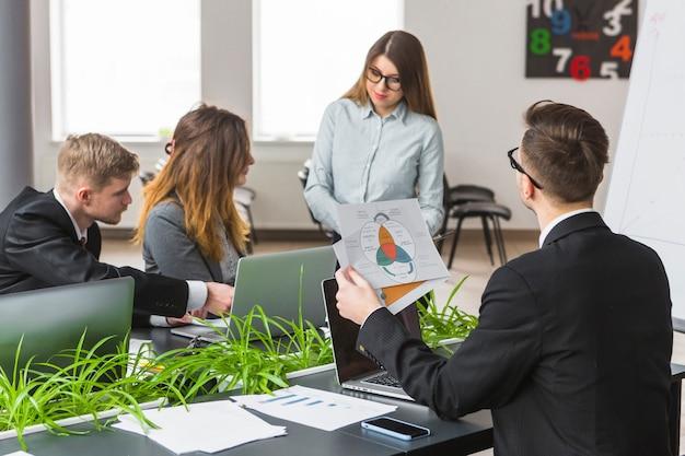 Grupo de empresários, analisando o gráfico no local de trabalho