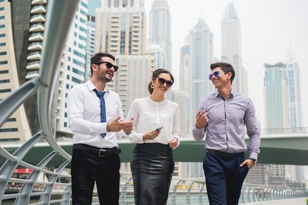 Grupo de empresários andando conversando.