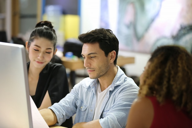 Grupo de empresários asiáticos e multi-étnica com terno casual, conversando e brainstorming