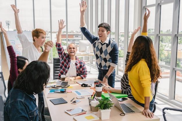 Grupo de empresários asiáticos e multiétnicas