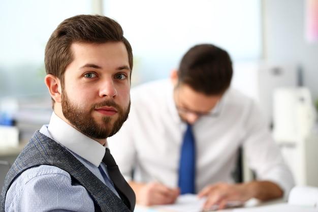 Grupo de empresários barbudos sorridentes de terno e gravata