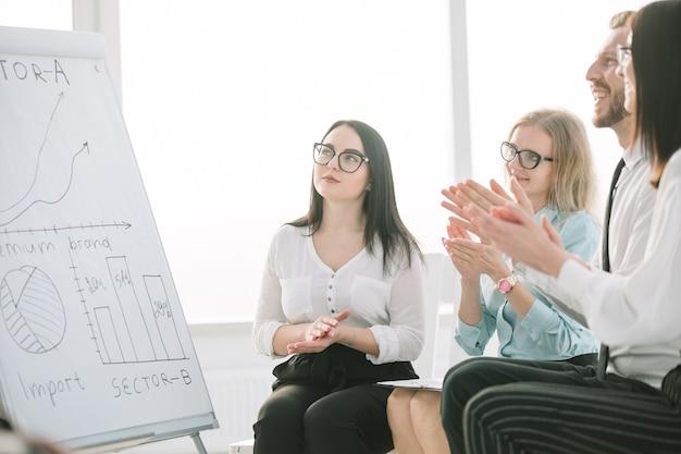 Grupo de empresários batendo palmas durante a apresentação da reunião. negócios e educação