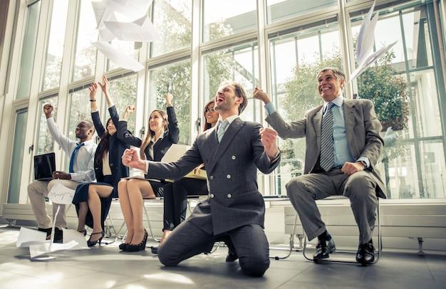Grupo de empresários comemorando a vitória do negócio