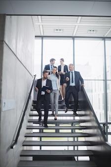 Grupo de empresários confiantes no escritório