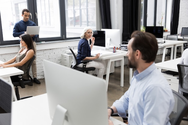 Grupo de empresários conversando enquanto trabalhava
