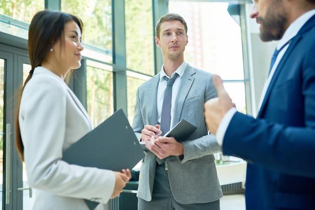 Grupo de empresários conversando no salão
