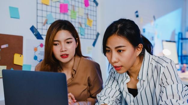 Grupo de empresários da ásia usando computador, laptop, apresentação e comunicação, reunindo ideias para brainstorming