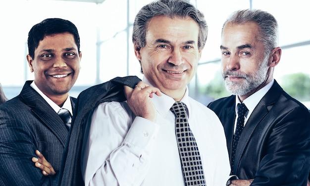 Grupo de empresários de sucesso no escritório