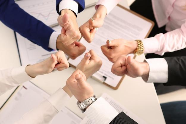 Grupo de empresários desistindo polegares