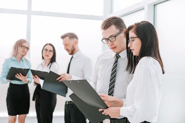 Grupo de empresários discutindo documentos de negócios. negócios e educação