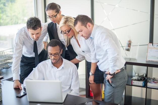 Grupo de empresários discutindo na reunião