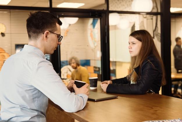 Grupo de empresários discutindo no escritório