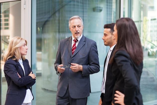 Grupo de empresários discutindo sobre algo