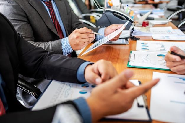 Grupo de empresários do sexo masculino discutindo projeto de gestão durante o trabalho em conjunto
