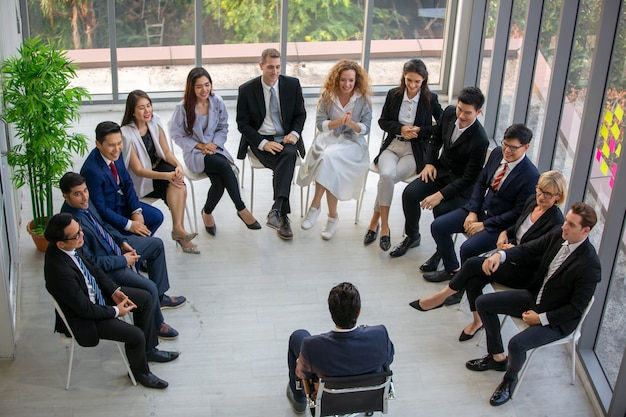Grupo de empresários em educação de negócios bem sucedido no seminário