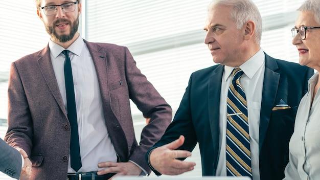 Grupo de empresários em pé no escritório