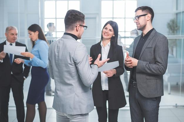 Grupo de empresários em pé no saguão do escritório. conceito de negócios