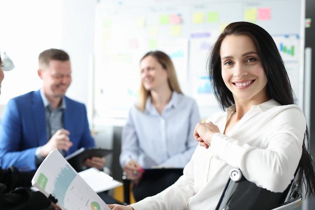 Grupo de empresários está sentado na conferência com documentos em mãos