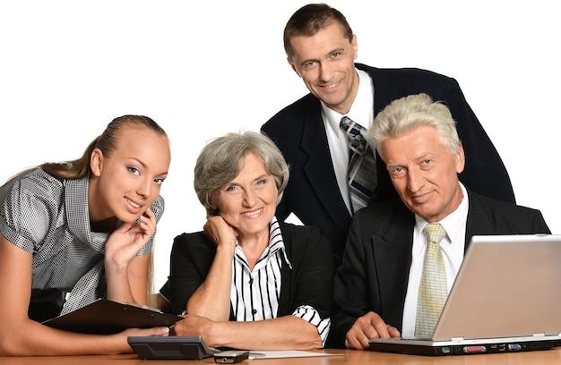 Grupo de empresários felizes isolados no branco
