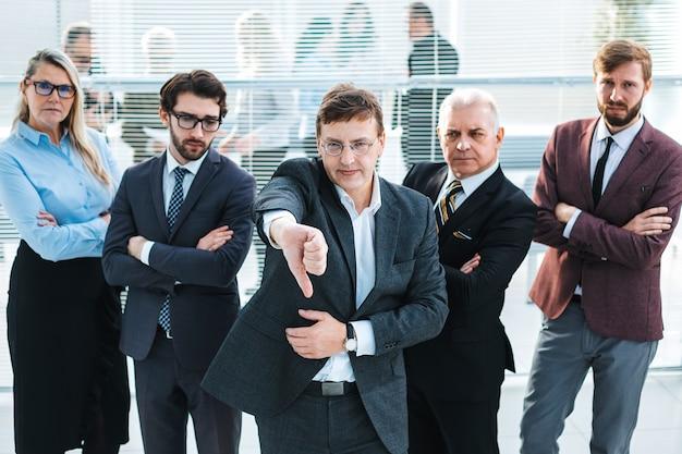 Grupo de empresários frustrados, em pé no escritório. o conceito de crise