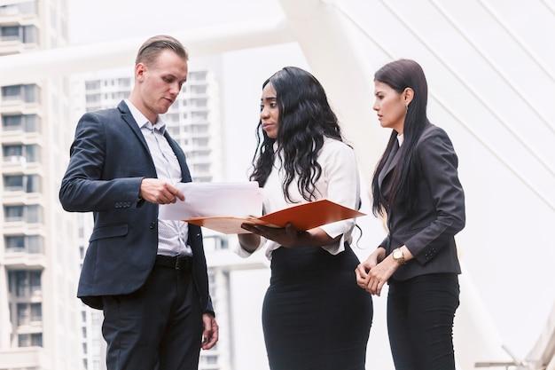Grupo de empresários juntos e discutindo o trabalho