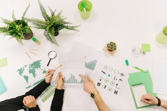 Grupo de empresários mão trabalhando no gráfico sobre fundo branco