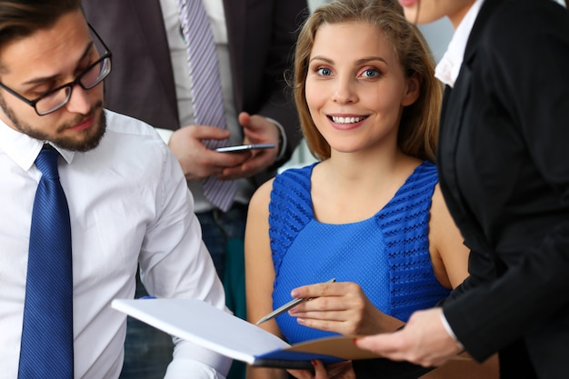 Grupo de empresários modernos no escritório