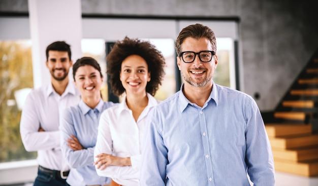 Grupo de empresários multiculturais posando. interior da empresa corporativa.