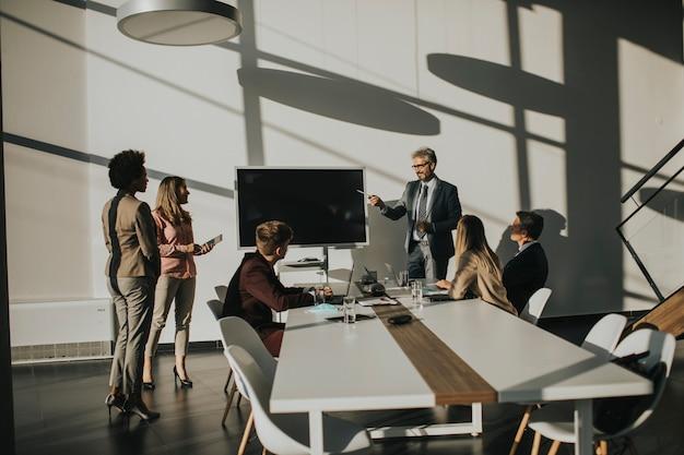Grupo de empresários multiétnico, trabalhando em novo projeto