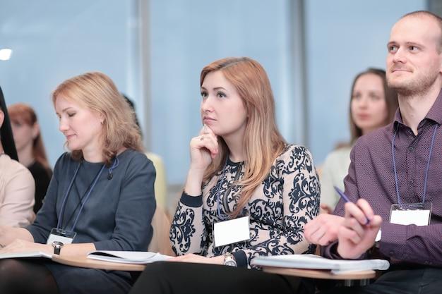 Grupo de empresários na reunião de negócios.