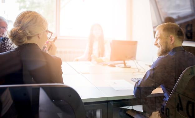 Grupo de empresários na reunião