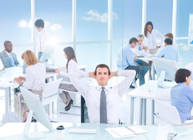 Grupo de empresários no escritório