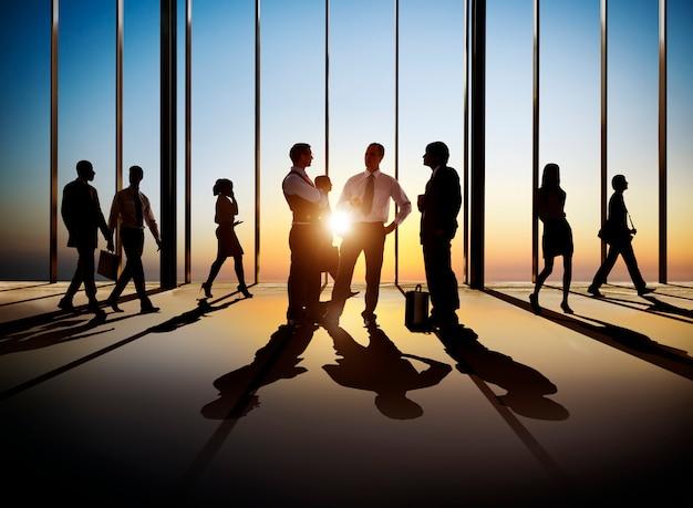 Grupo de empresários ocupados no interior do edifício.