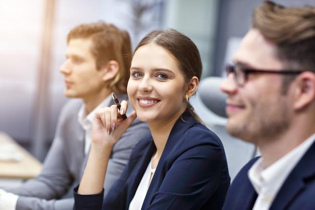 Grupo de empresários participando de uma conferência