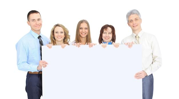 Grupo de empresários segurando um banner