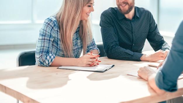 Grupo de empresários sentados à mesa do escritório. o conceito de emprego