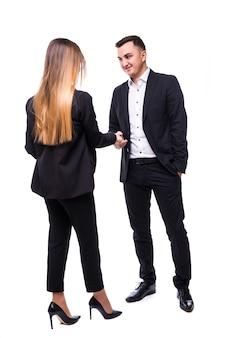 Grupo de empresários sorrindo, homem e mulher em suíte negra sobre branco