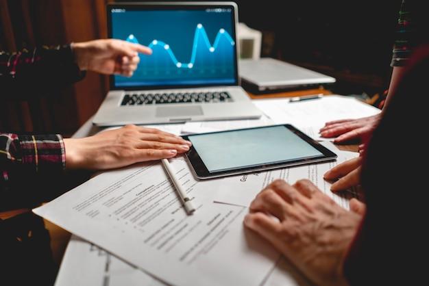 Grupo de empresários, tendo um briefing na frente do laptop