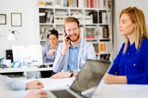 Grupo de empresários trabalhando em equipe no escritório