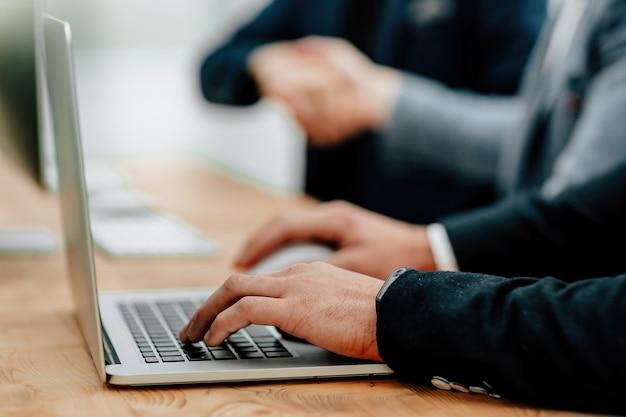 Grupo de empresários trabalhando em laptops