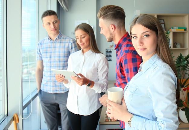 Grupo de empresários trabalhando em tablet