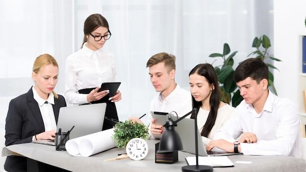 Grupo de empresários trabalhando juntos na conferência