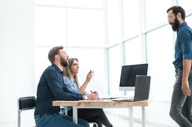 Grupo de empresários trabalhando no escritório