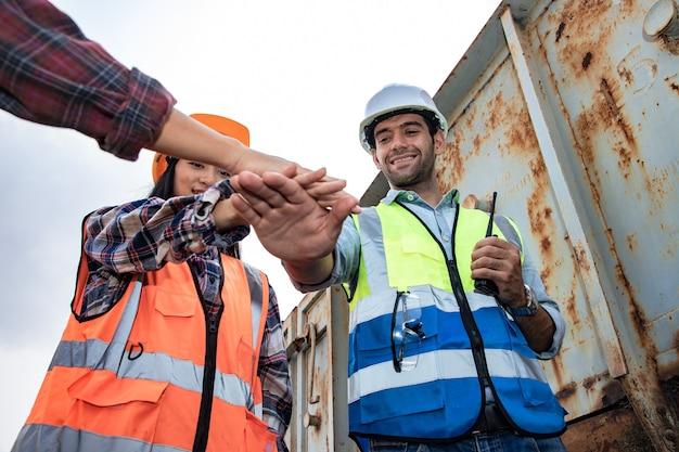 Grupo de engenharia juntando as mãos