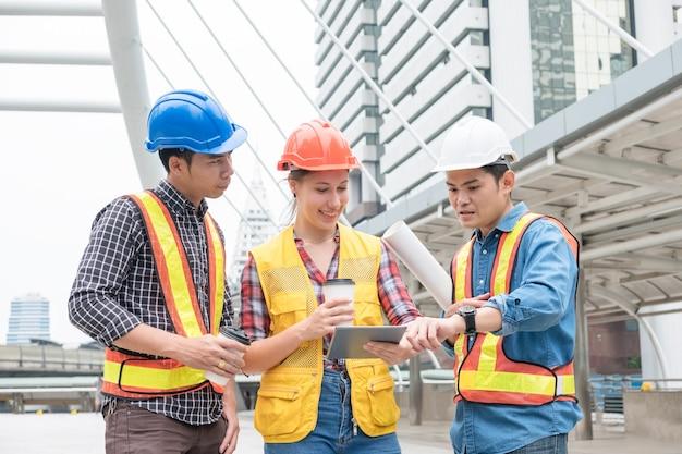 Grupo de engenheiros é consultado sobre projeto de construção com xícara de café na cidade