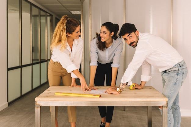 Grupo de engenheiros em uma mesa