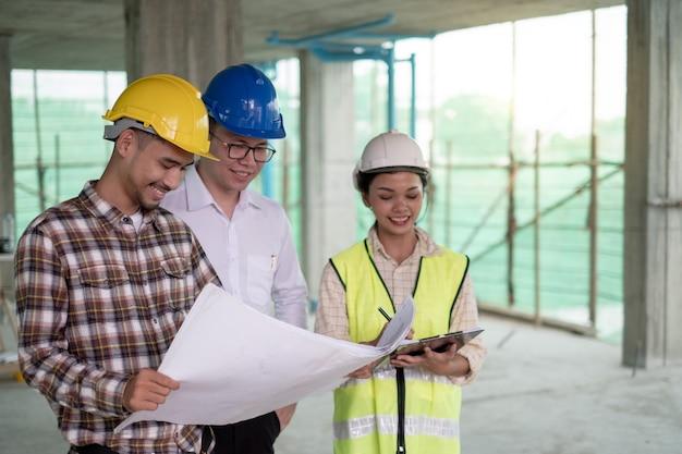 Grupo de engenheiros em uma reunião sobre o plano de trabalho de construção no estaleiro