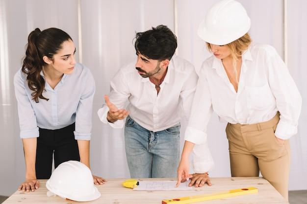 Grupo de engenheiros que discute o projeto