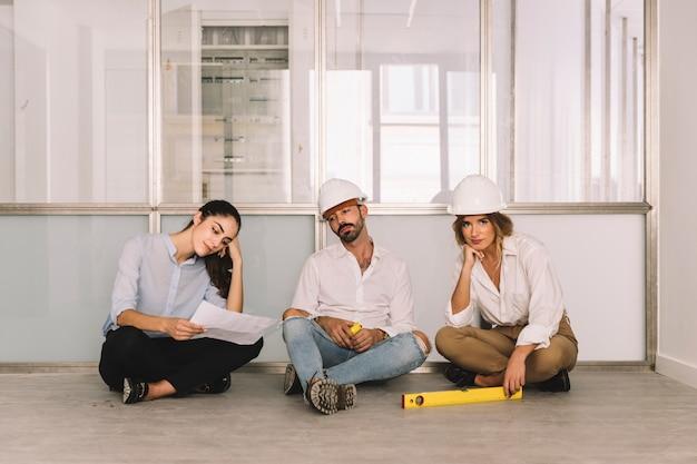 Grupo de engenheiros sentado
